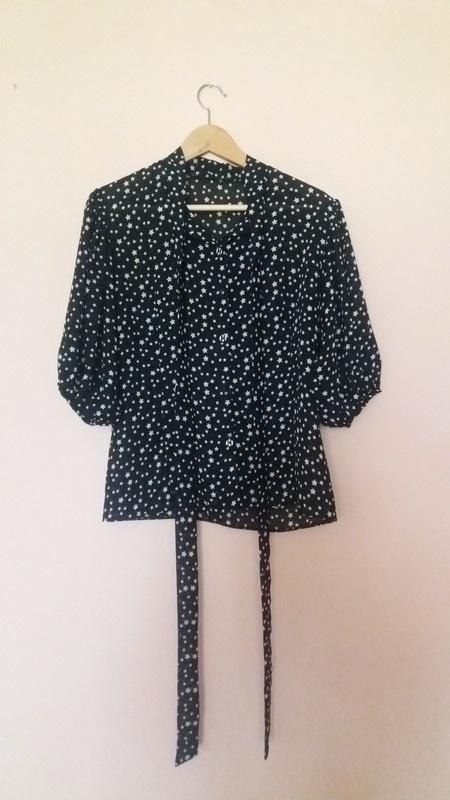 Czarna bluzka w białe gwiazdki bufiaste rekawy