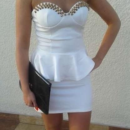 Biała sukienka z kolcami raz ubrana
