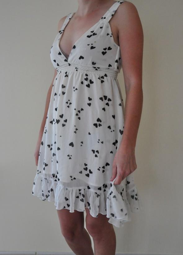 Zwiewna sukienka w serduszka
