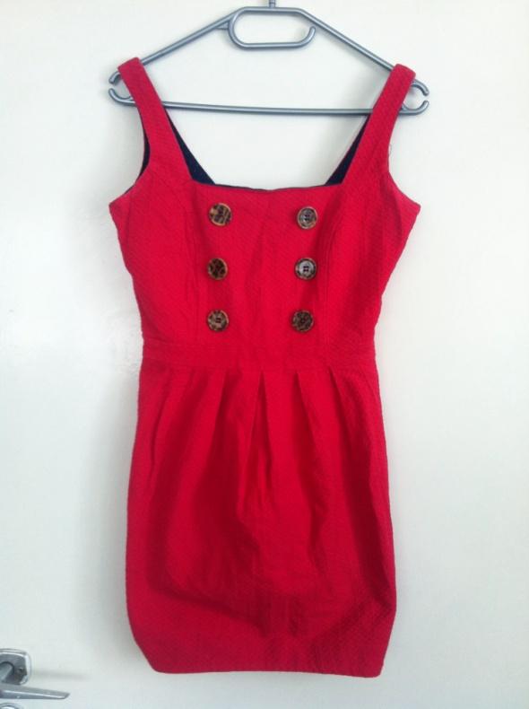 Czerwona prosta sukienka guziki kwadratowy dekolt...