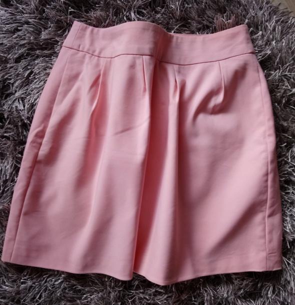 Różowa rozkloszowana spódnica spódniczka pudrowy róż
