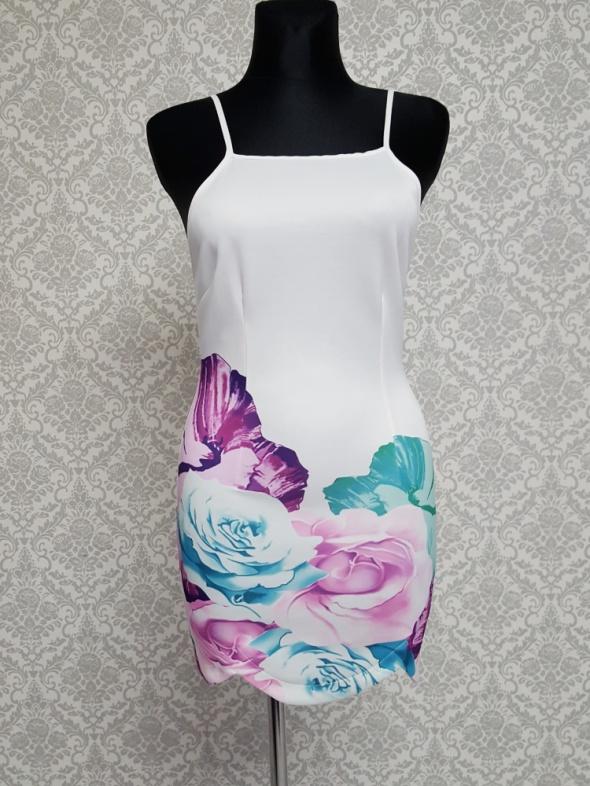 biała sukienka w kolorowe kwiaty Kinyan...