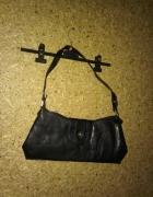 Mała czarna torebka do ręki...