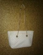 Biała duża torebka ze złotym paskiem...
