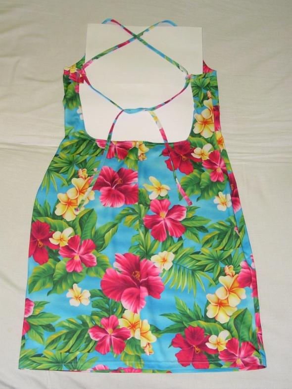 Letnia hawajska kwiatowa sukienka wiązana na plecach gołe plecy