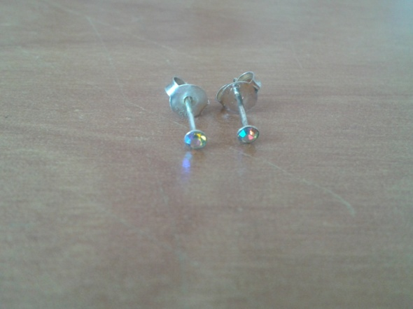 Srebrne kolczyki cyrkonie żółto tęczowe małe 2mm srebro