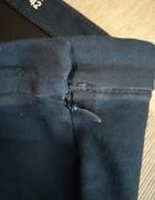 Granatowe spodnie zapinane z boku...