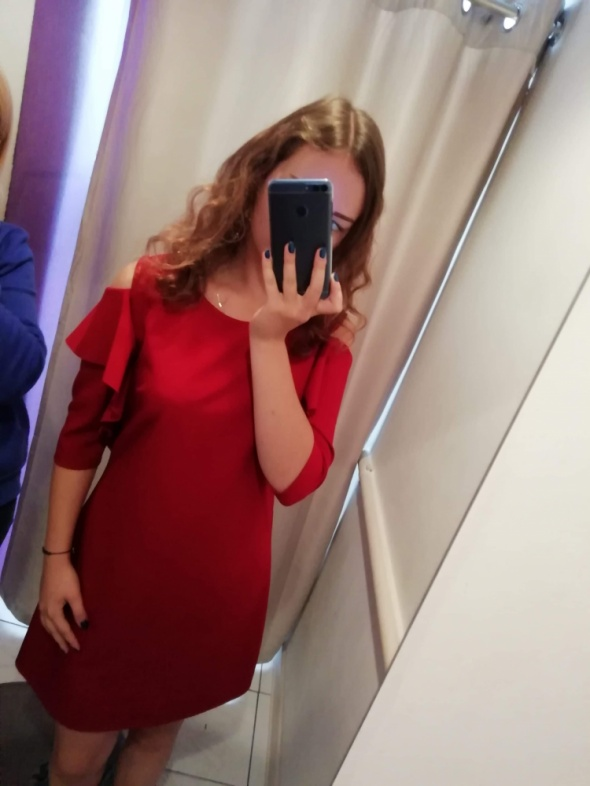 Bordowa sukienka z wycięciami na ramionach trapezowa