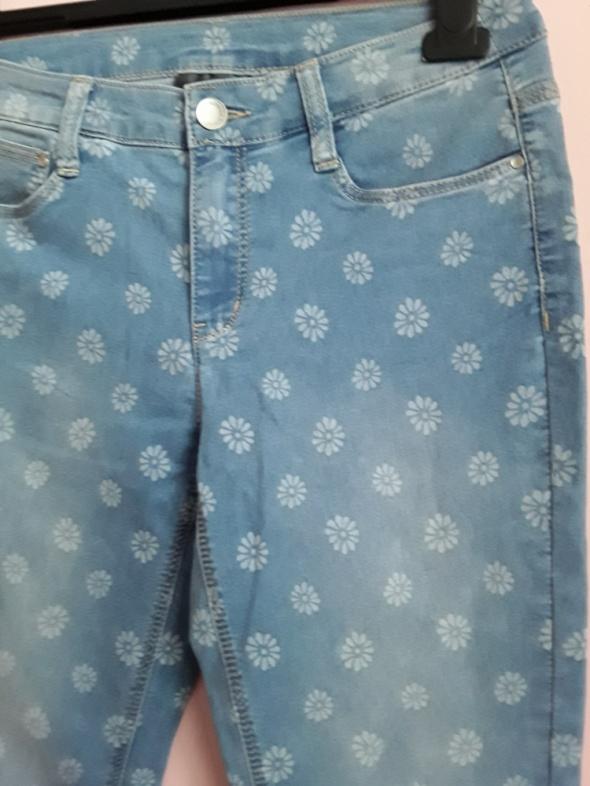 Jeansy w stokrotki...