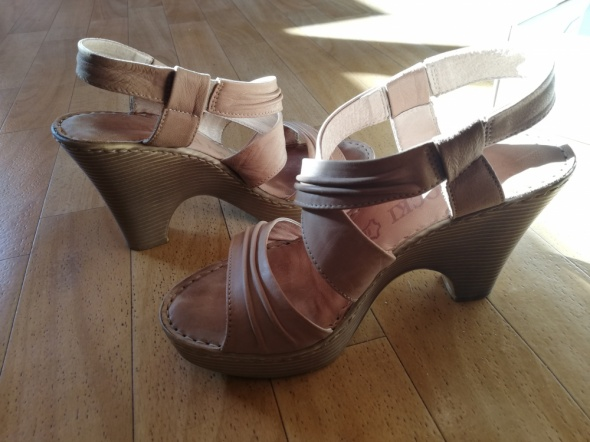 Sandały beż obcas lasocki