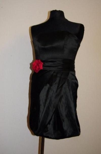 Czarna satynowa sukienka bez ramiączek i mini torebka...