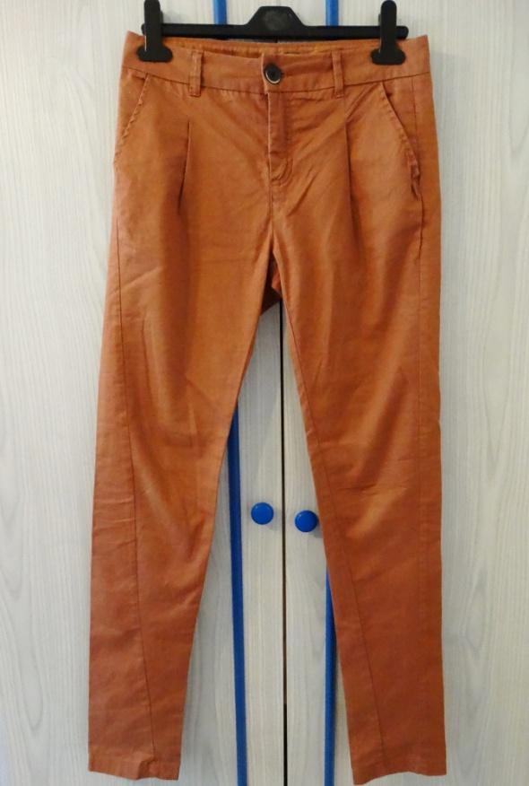 Spodnie marchewy Bershka...