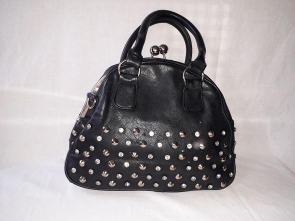 Kuferek torebka ćwieki czarna