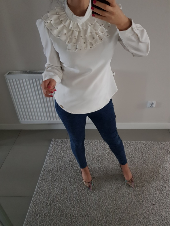 Biała elegancka bluzka z żabotem