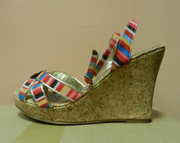 Sandały w kolorowe paski korek koturny 39