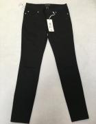 Czarne spodnie z dziurami...