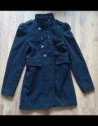 Czarny militarny płaszcz z bufkami...