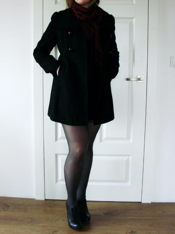 Czarny jesienny płaszczyk House krój trapezowy