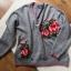 Szary sweter z różami