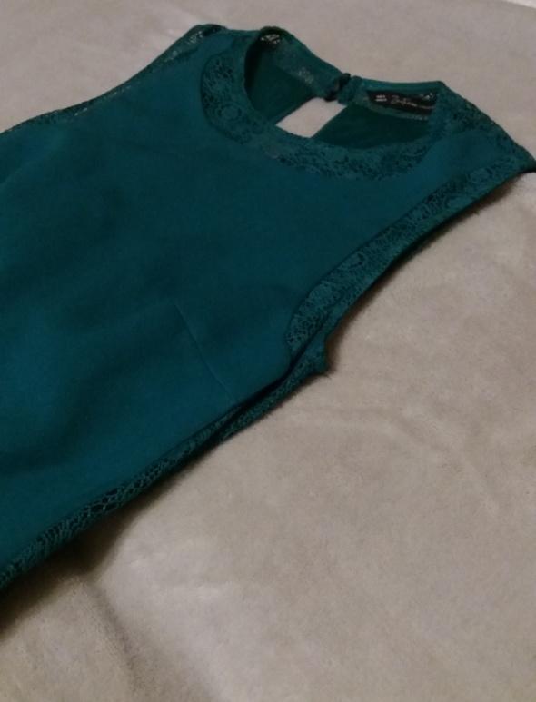 Ołówkowa sukienka z koronkowymi wstawkami kolor butelkowa zieleń bez rękawów