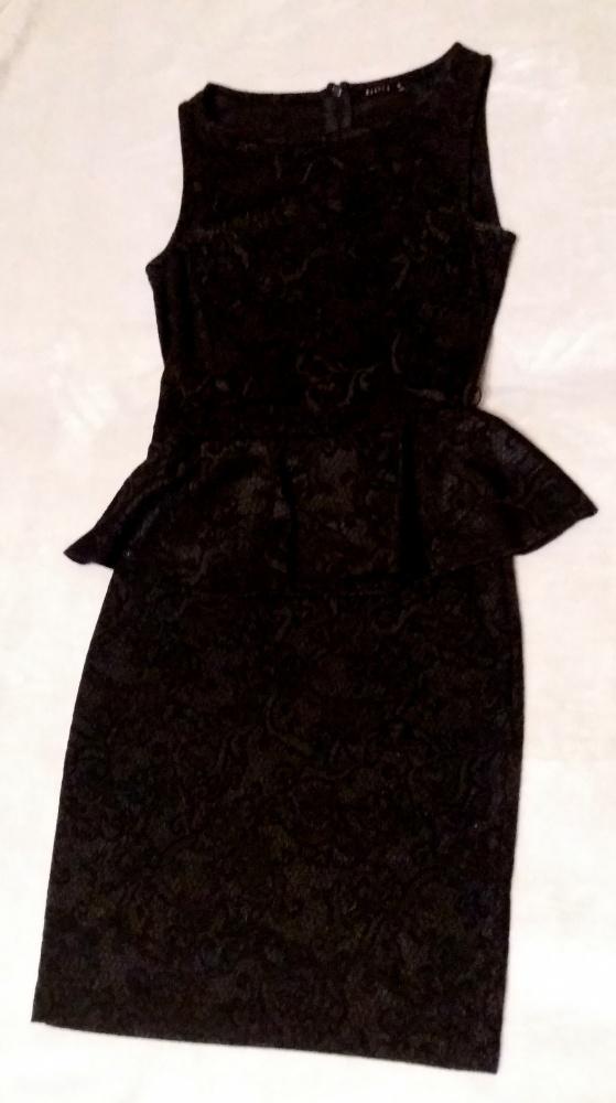 Czarna ołówkowa sukienka z baskinką bez rękawów rozmiar XS