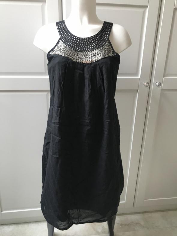Czarna sukienka ze złotą aplikacją...