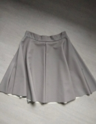 Szara rozkloszowana spódnica z ekoskóry