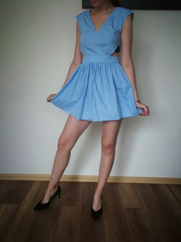 błękitna rozkloszowana sukienka z wycięciami xss babyblue