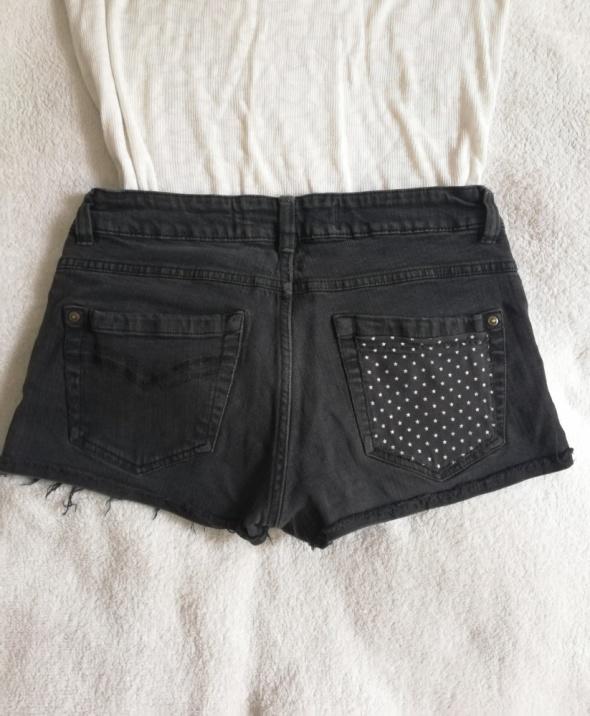 Jeansowe spodenki z naszywkami w gwiazdki S