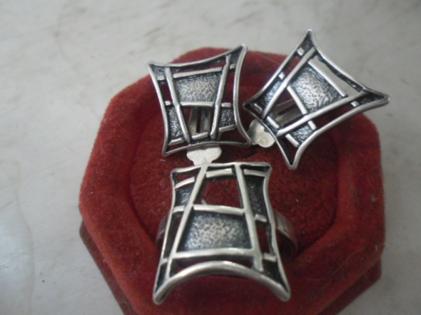 Zestaw srebrnej biżuterii pierścionek i klipsy...