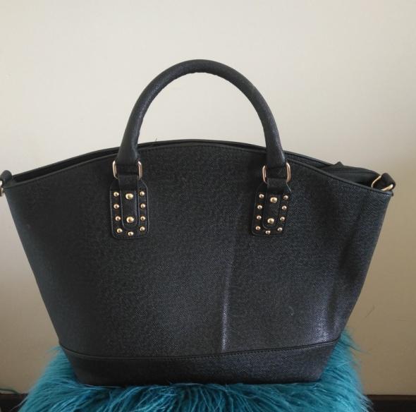 Jednokomorowa czarna torba...