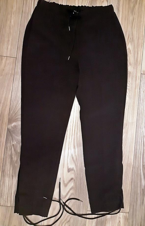 Czarne spodnie ze sznurowaniem