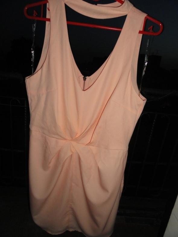 Sukienka brzoskwiniowa z wycięciem wesele chrzest