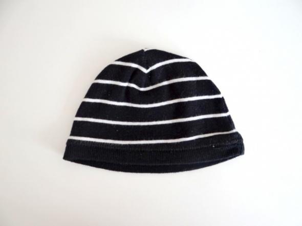 Czarna czapka w białe paski...