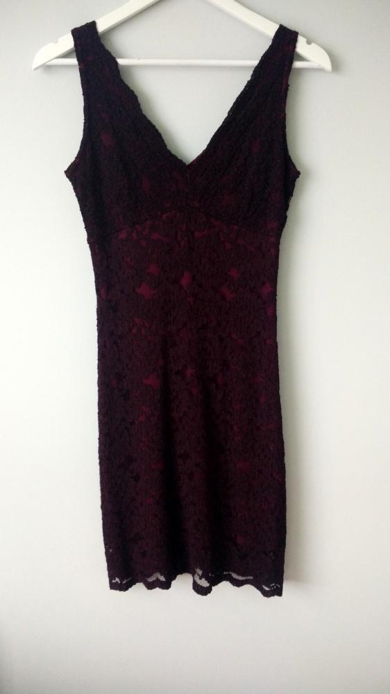 dopasowana fioletowa sukieneczka z koronką