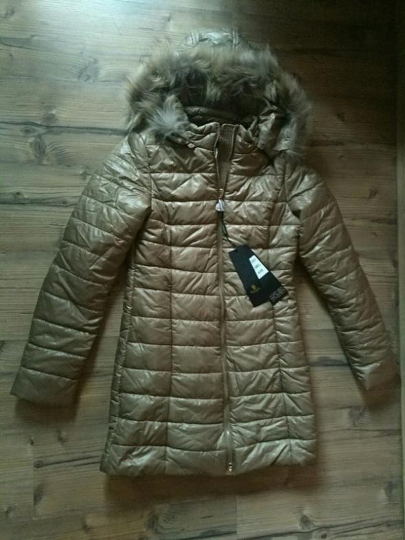 Nowy płaszcz Elis Leather ze złotymi dodatkami i naturalnym fut...