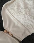 Biały dwuczęściowy strój kąpielowy...