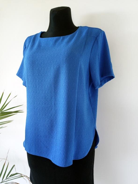 Bluzki Klasyczna minimalistyczna kobaltowa bluzka z fakturą Atmosphere r 44