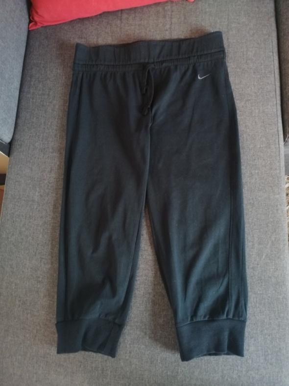dresowe spodnie do kolan nike krótkie