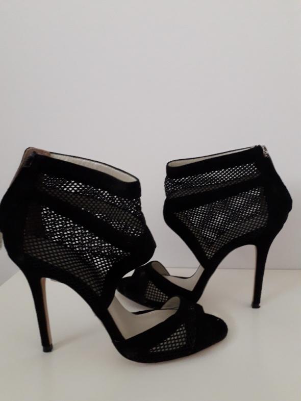 Czarne modne szpilki
