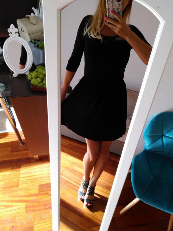 Mala czarna sukienka wyciecie na plecach 36
