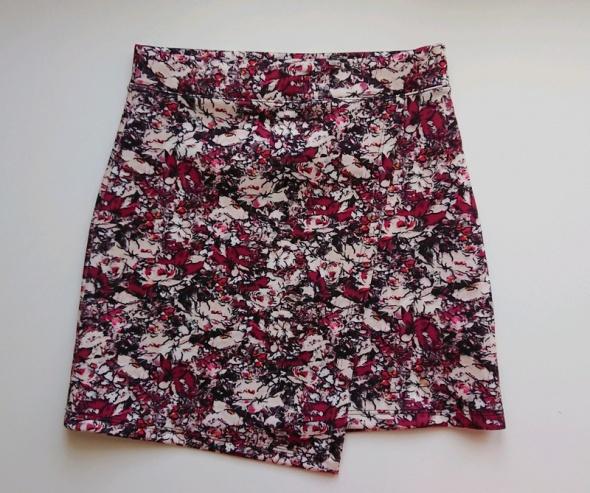 Bershka kopertowa mini spódniczka w kwiaty