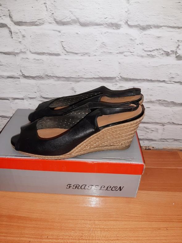 Sandały Czarne sandałki na koturnie