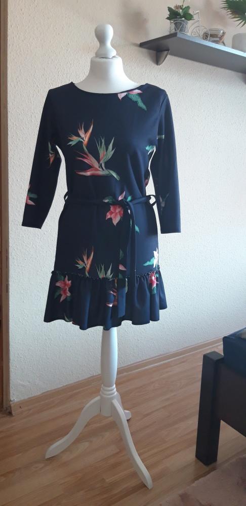 granatowa sukienka we wzorki