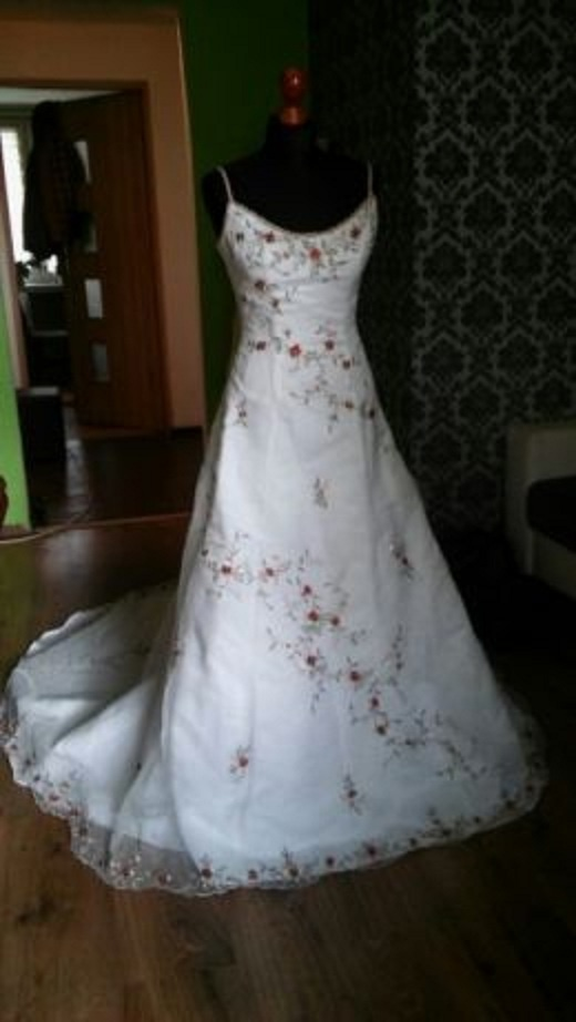Biała suknia haftowana 36