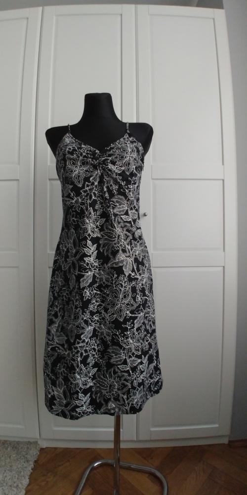 Czarna sukienka w białe kwiaty