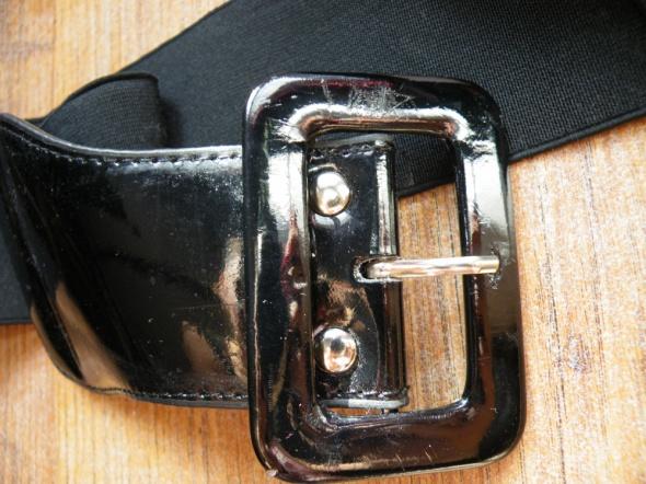 Czarny pasek na gumce