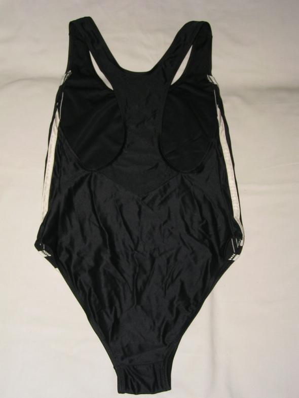 Czarny sportowy strój kąpielowy na basen i nie tylko