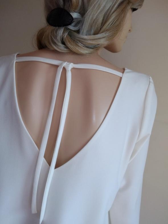 Sukienka w kolorze ecru z dekoltem i wiązaniem na plecach Estel Collection 40 L