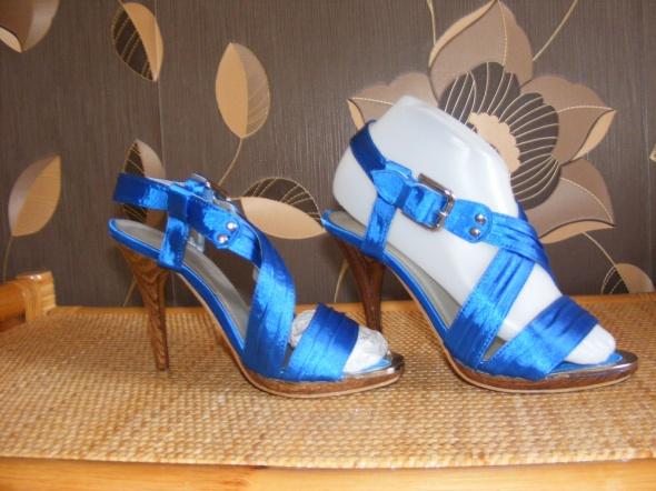 Niebieskie satynowe sandałki na szpilce z kryształ